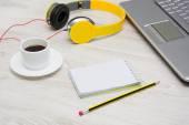 Laptop und kopfhörer — Stockfoto