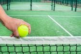Homem com bola de tênis na mão — Fotografia Stock