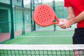 Raket tenis oynuyor adam — Stok fotoğraf