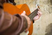 Man with guitar. urban style — 图库照片