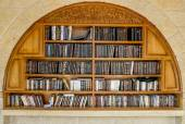 Shelves with religious books near the wailing wall in Jerusalem — Stock Photo