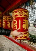 Hand twists prayer drums at the Buddhist temple in St. Petersbur — Foto de Stock