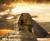 The Sphinx and the pyramid of Cheops in Giza Egipt  at sunset — Stock Photo