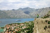 The traveler stands on the ramparts in the old town of Kotor — Stock Photo
