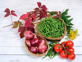 Basket of green beans whit tomatoes — Stock Photo