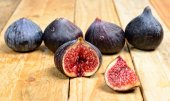 Figs placed on a wooden table — Stock Photo