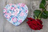 Róża i prezent na Walentynki — Zdjęcie stockowe