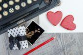 礼物、 心和打字机的情人节 — 图库照片