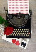 Máquina de escrever com corações e rose — Fotografia Stock