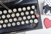 Old typewriter with a jewel for valentine day — Stock Photo