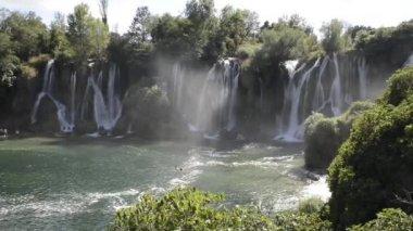 Krásné kaskádové vodopád v hoře — Stock video