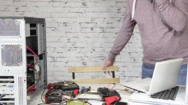 Een technicus die een computer herstellen — Stockvideo