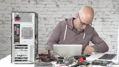A technician repairing a computer — Stock Video