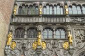 Basilica of the Holy Blood, windows and guilt statues, Bruges. — Stock Photo