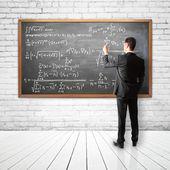 Biznesmen rozwiązuje równania finansowych — Zdjęcie stockowe
