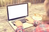 Menina com uma xícara de café e um laptop em branco, mock-se — Fotografia Stock