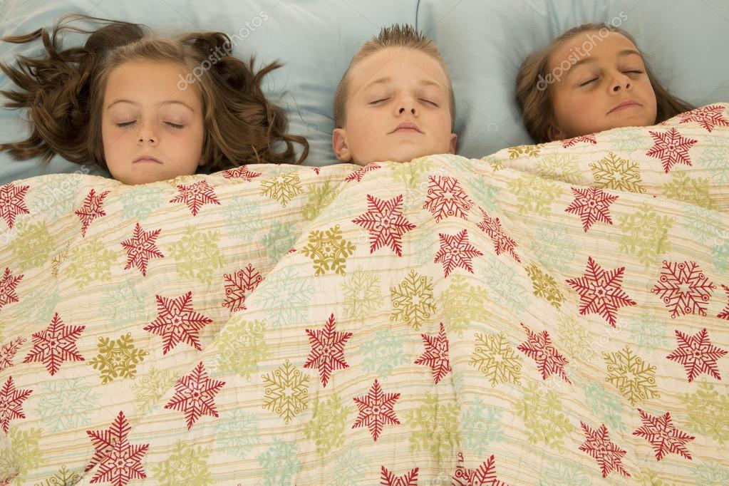 у спящей сестры под одеялом