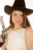 Cowgirl holding revolver with a smirk on her face — Stockfoto