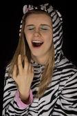 Portrét mladé ženy zívání v kočičí pyžamo zblízka — Stock fotografie