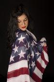 Faire de la belle femme avec drapeau américain, drapé sur l'épaule à la recherche — Photo