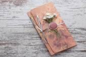 Handgjorda bröllopinbjudningar av papper pver trä vintage bakgrund — Stockfoto