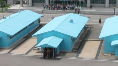 Tourists on the border of North Korea and South Korea — Stok video
