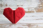Cuore di carta rossa su sfondo in legno — Foto Stock