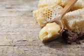 Honey with comb on wood — Stock fotografie