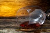 Overturned glass of wine on floor — Stock Photo