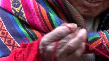 Woman in a street in Cusco spinning wool — Stock Video