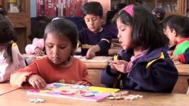 Children in a school in Cusco — Stock Video
