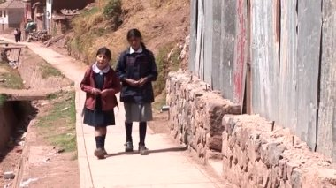 Kids walking at poor district in Cusco — Stock Video