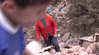 People working on waste dump in Cusco — Stock Video