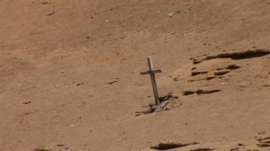 Cross in the sand  at Small Bay in the Paracas — Stock Video