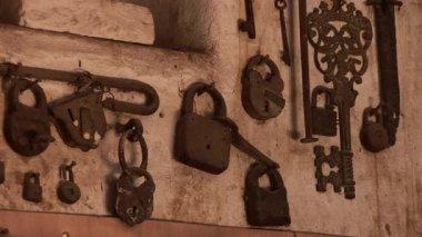 Gamla lås och nycklar på väggen — Stockvideo