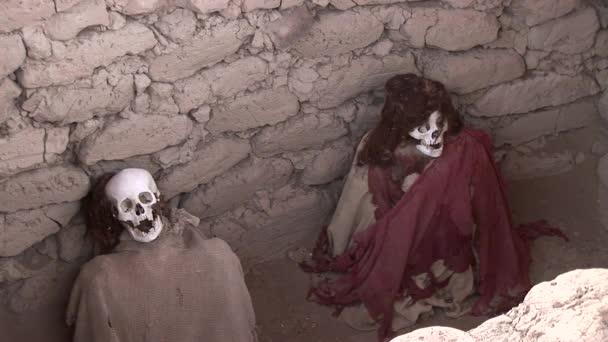Momia en el cementerio de Chauchilla — Vídeo de stock