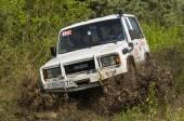 Off-road vehicle brand ISUZU overcomes a pit of mud — Stock Photo