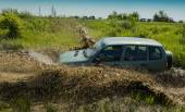 Off-road vehicle brand NIVA overcomes a pit of mud — Stock Photo