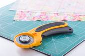Rotary cutter on a green mat — Стоковое фото