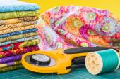 Rotary cutter and spool of thread — Стоковое фото
