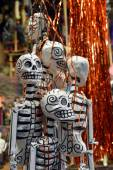 Hanging skeletons on mexican market ready for dia de muertos celebration — Stock Photo