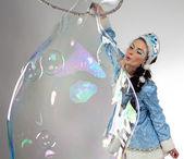 Immagine della ragazza della neve con lunga bolla di sapone — Foto Stock
