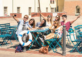 Group of happy best friends taking a selfie - Tourists having fun in the summer around the old town - University students during a break in a sunny day — Стоковое фото