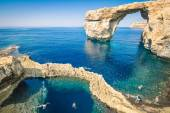 The world famous Azure Window in Gozo island - Mediterranean nature wonder in the beautiful Malta - Unrecognizable touristic scuba divers — Stock Photo