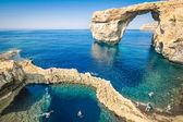 The world famous Azure Window in Gozo island - Mediterranean nature wonder in the beautiful Malta - Unrecognizable touristic scuba divers — Stock Photo