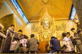 Ritual da manhã diária na imagem dourada de Mahamuni Buddha em Mahamuni festejavam Mandalay-Myanmar — Fotografia Stock