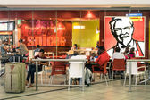 JOHANNESBURG, SOUTH AFRICA - NOVEMBER 28, 2014: melting pot people at KFC restaurant in Tambo International Airport. Kentucky Fried Chicken is a world famous fast food restaurant chain — Stockfoto