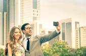 Modern couple taking a selfie at business center outdoors - Concept of love and interaction with new technologies and trends - Everyday life and positive feelings in urban financial district — Foto de Stock