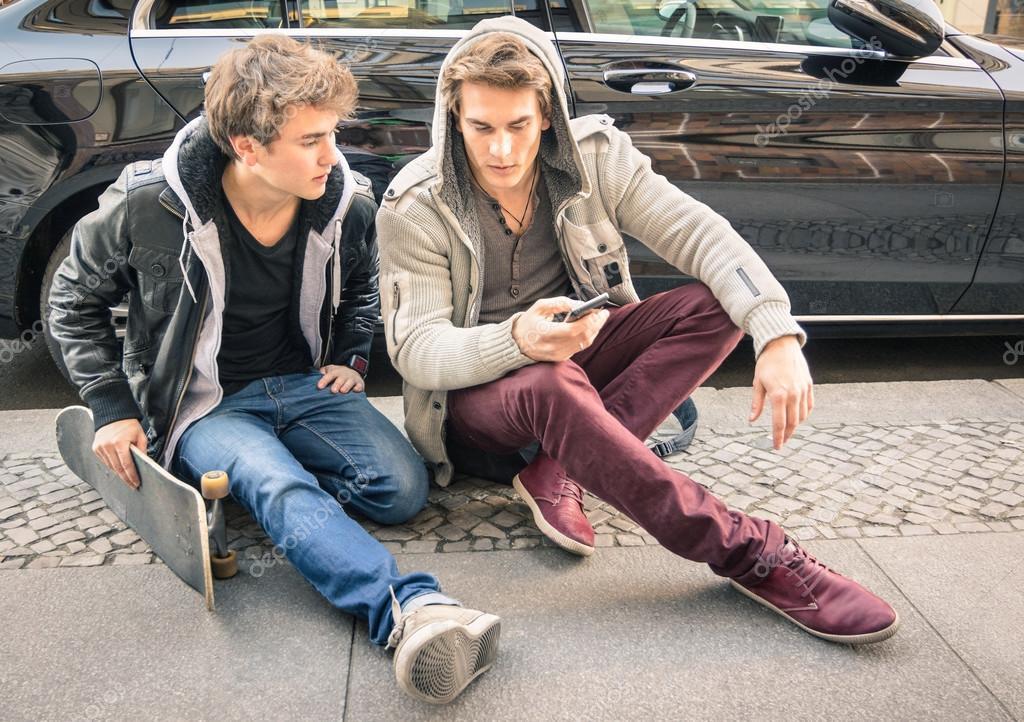 Jonge hipster mode broers hebben pret met smartphone beste vrienden delen van vrije tijd met - Moderne apparaten ...
