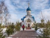 People go to the Church of the Nativity of the Blessed Virgin. Moscow. Govorovo village. January 19, 2015. — Stock Photo